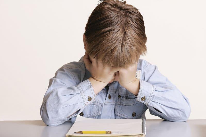 Os sons que são gerados nas escolas provocam excesso de ruídos que são prejudiciais para audição de alunos, professores e colaboradores
